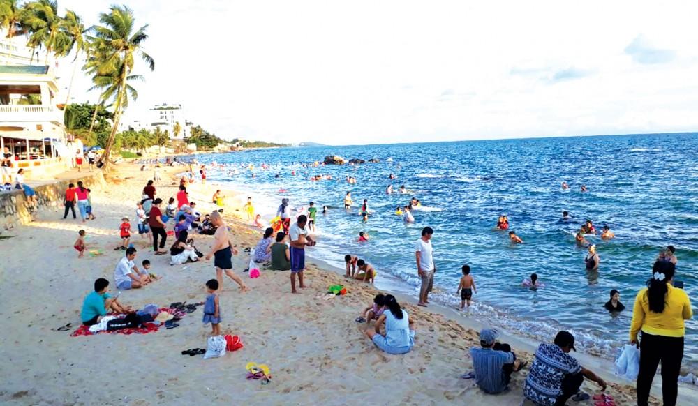 Du khách vui chơi, tắm tại bãi biển Dinh Cậu, thị trấn Dương Đông, huyện Phú Quốc.