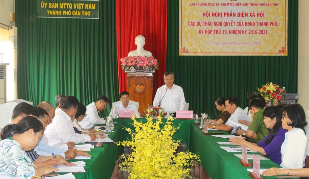 Ông Nguyễn Trung Nhân, Ủy viên Ban Thường vụ Thành ủy, Chủ tịch Ủy ban MTTQVN thành phố tiếp thu các ý kiến phản biện của đại biểu. Ảnh: THANH THƯ