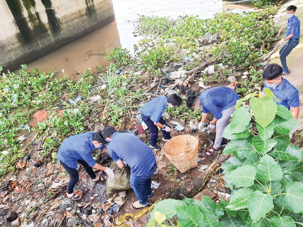 Đoàn viên, thanh niên phường Tân An tham gia vệ sinh rạch Khai Luông.