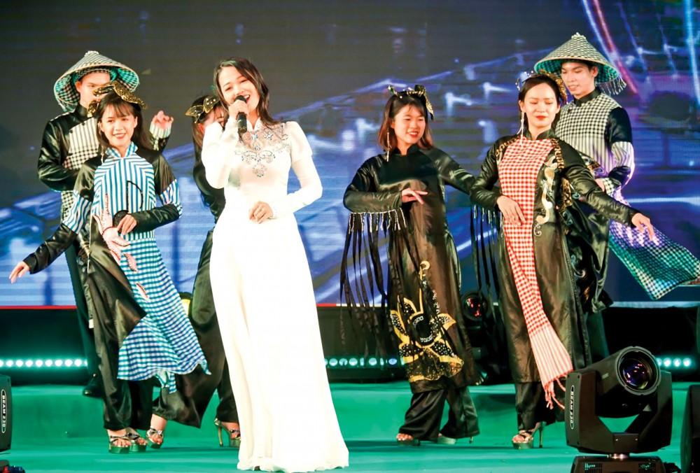"""Trình diễn ca khúc """"Ninh Kiều em gái Cần Thơ"""" và bộ sưu tập áo dài """"Đờn ca tài tử"""" của nhà thiết kế Huệ Thi trong đêm khai mạc. Ảnh: DUY KHÔI"""