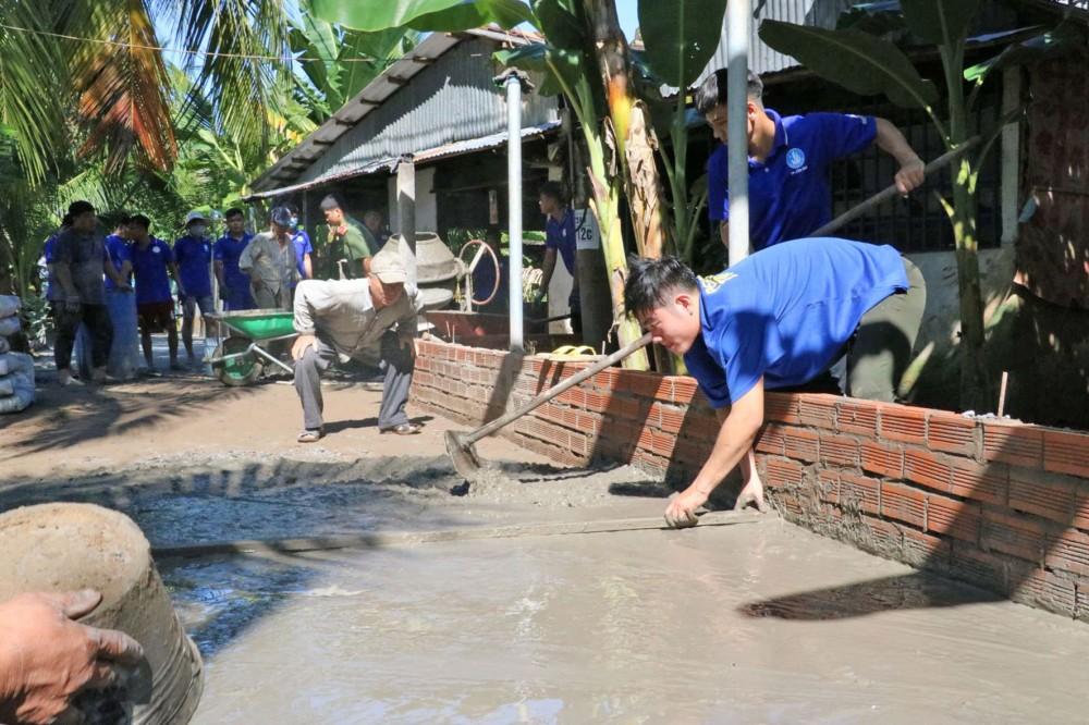 Tuổi trẻ quận Bình Thủy cùng bà con xây dựng đường giao thông ở khu vực Thới Hòa, phường Thới An Đông.