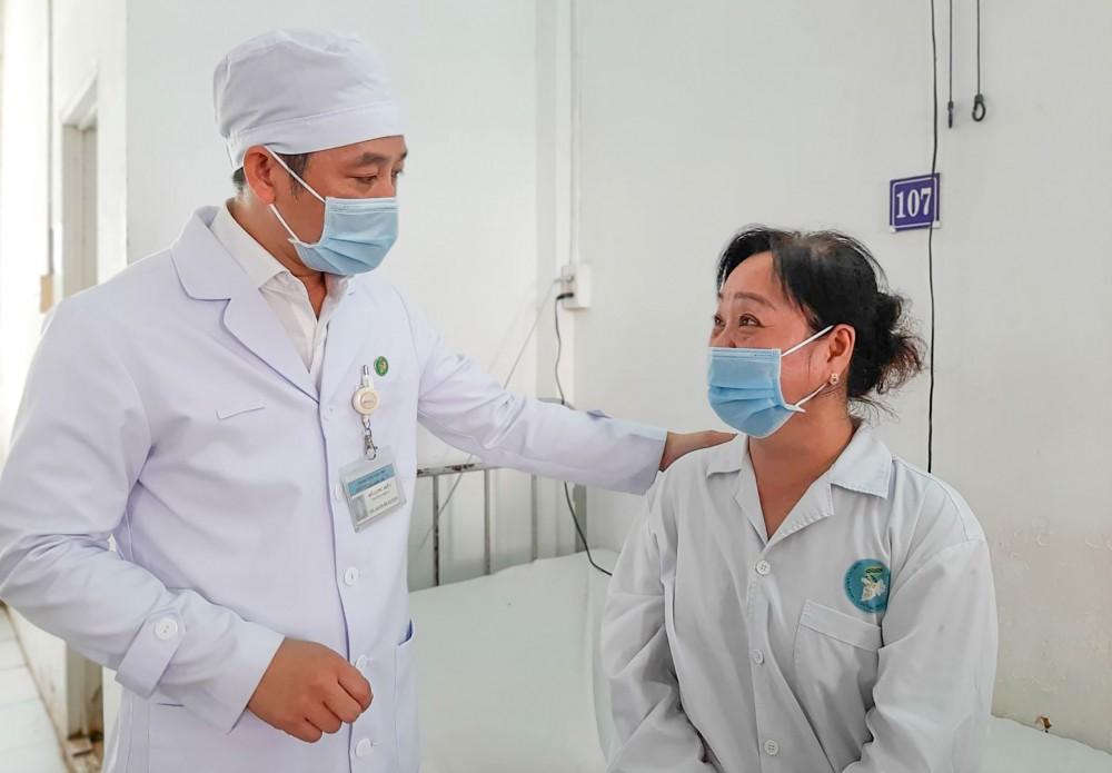 TS. BS Hồ Long Hiển, BV Ung bướu TP Cần Thơ thăm khám người bệnh trước khi xuất viện. Ảnh: Thu Sương