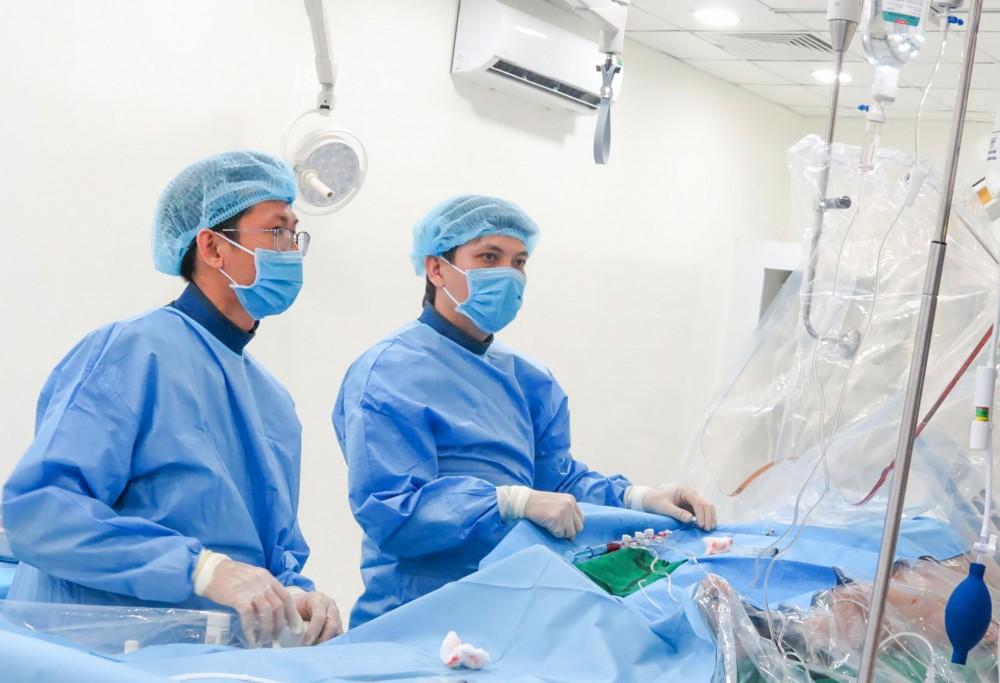 Ê-kíp BV Tim mạch TP Cần Thơ tiếp nhận kỹ thuật can thiệp tim mạch từ BV Chợ Rẫy theo Đề án BV vệ tinh. Ảnh: Li Ly