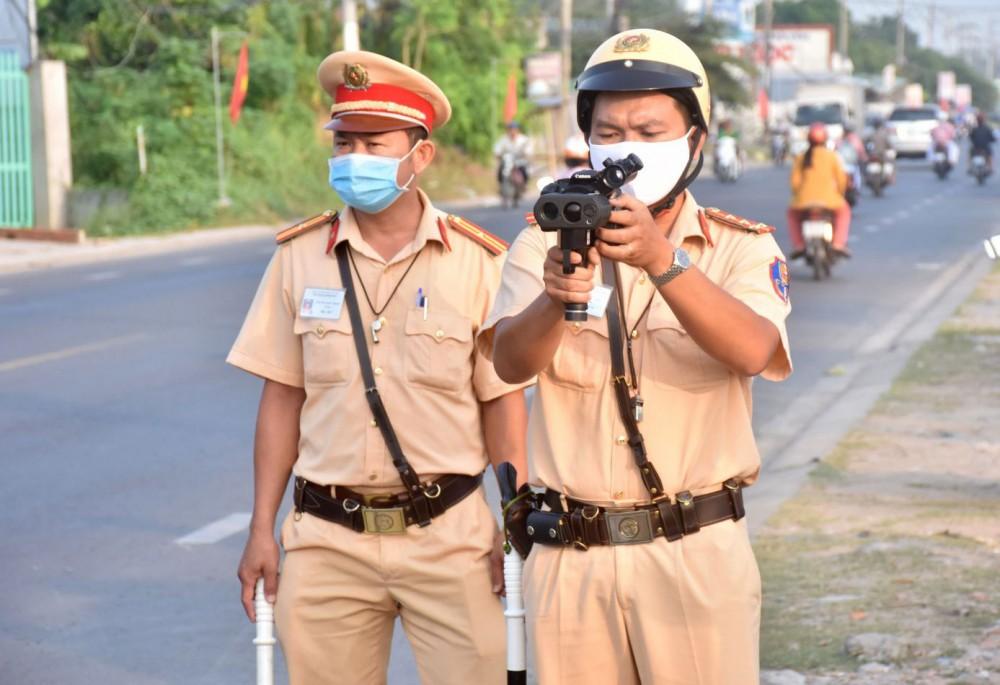 Cảnh sát giao thông Công an TP Cần Thơ kiểm tra chuyên đề xử lý vi phạm quy định về tốc độ trên quốc lộ 91B.
