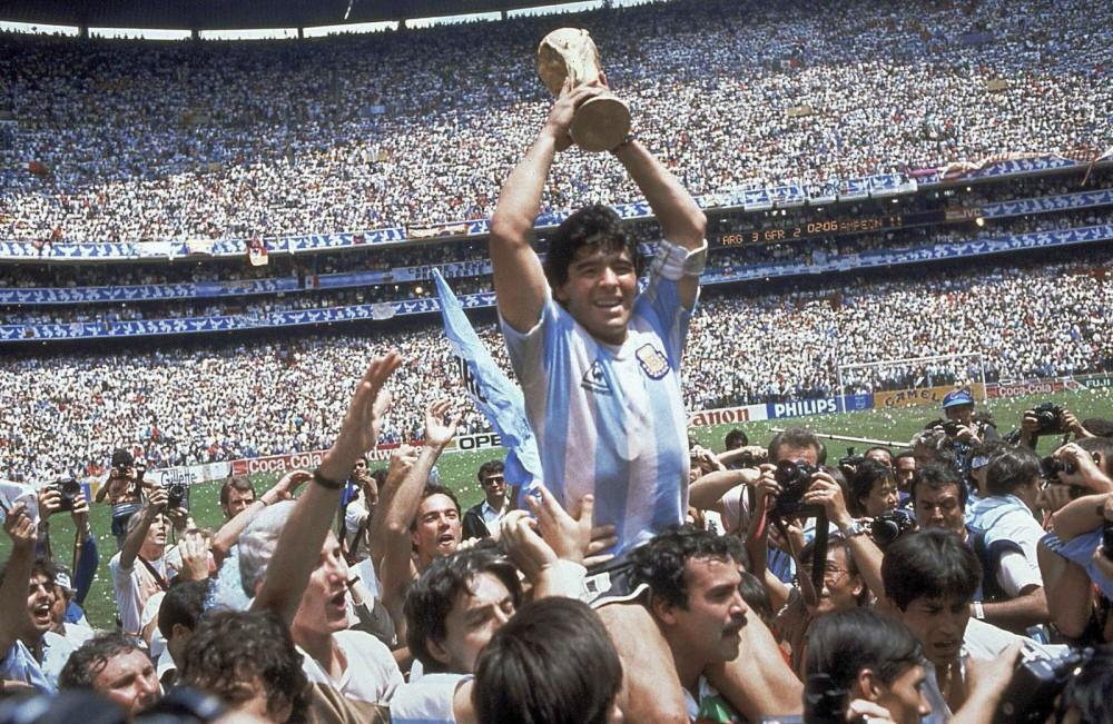 Người hùng Maradona với Cúp vàng World Cup năm 1986. Ảnh: AP