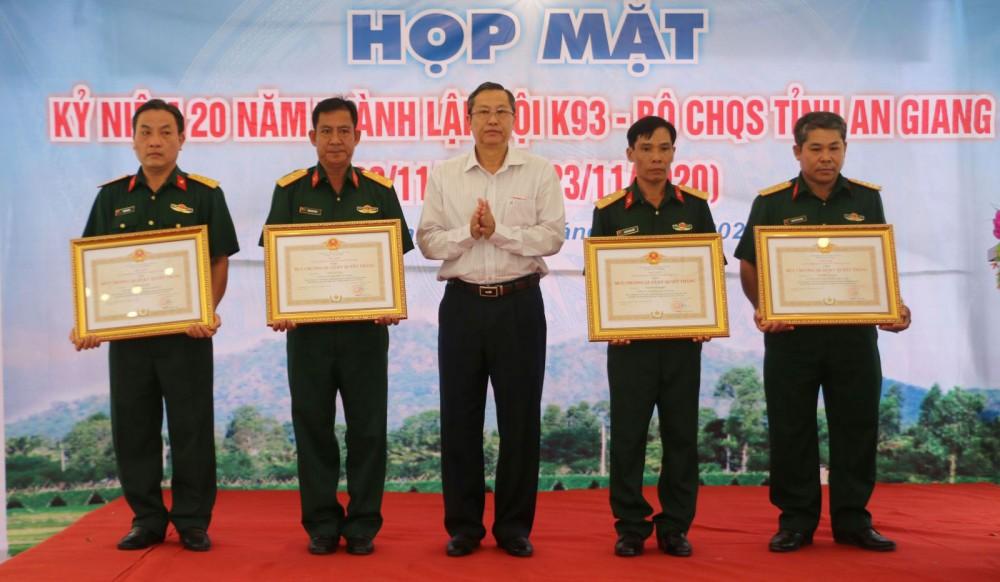 Trao Huy chương Quân kỳ chiến thắng cho 4 cá nhân thuộc Đội K93 vì đã có 25 năm phục vụ liên tục trong lực lượng vũ trang nhân dân, góp phần xây dựng Quân đội, củng cố quốc phòng và bảo vệ Tổ quốc. Ảnh: MINH ANH