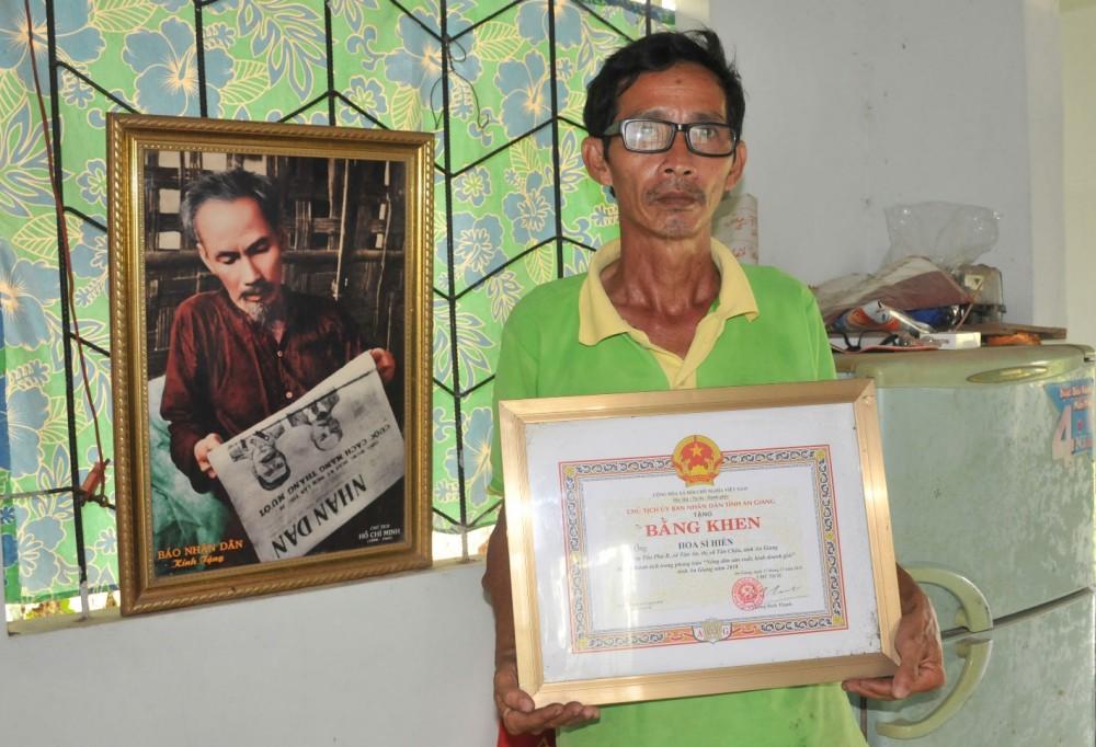 Tiền giải thưởng, bằng khen, ông Hiền dành hết cho việc mua lúa giống hoặc dụng cụ nghiên cứu, lai tạo giống.