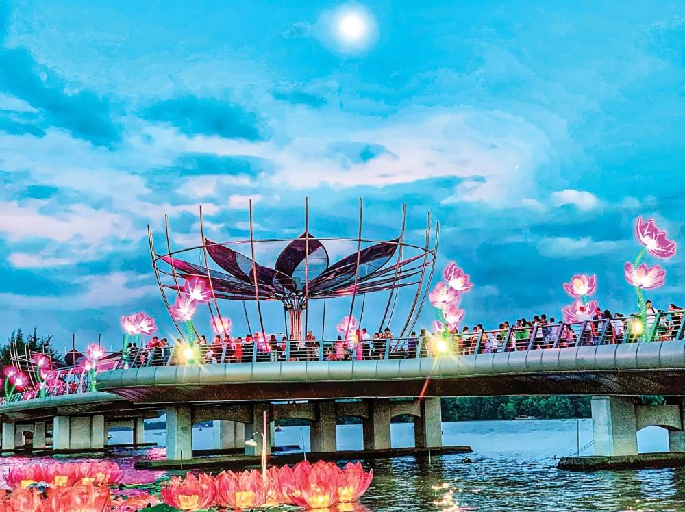 Đông đảo du khách đến sớm và chờ tại cầu đi bộ để xem Lễ hội ánh sáng tại Ngày hội. Ảnh: KIỀU MAI