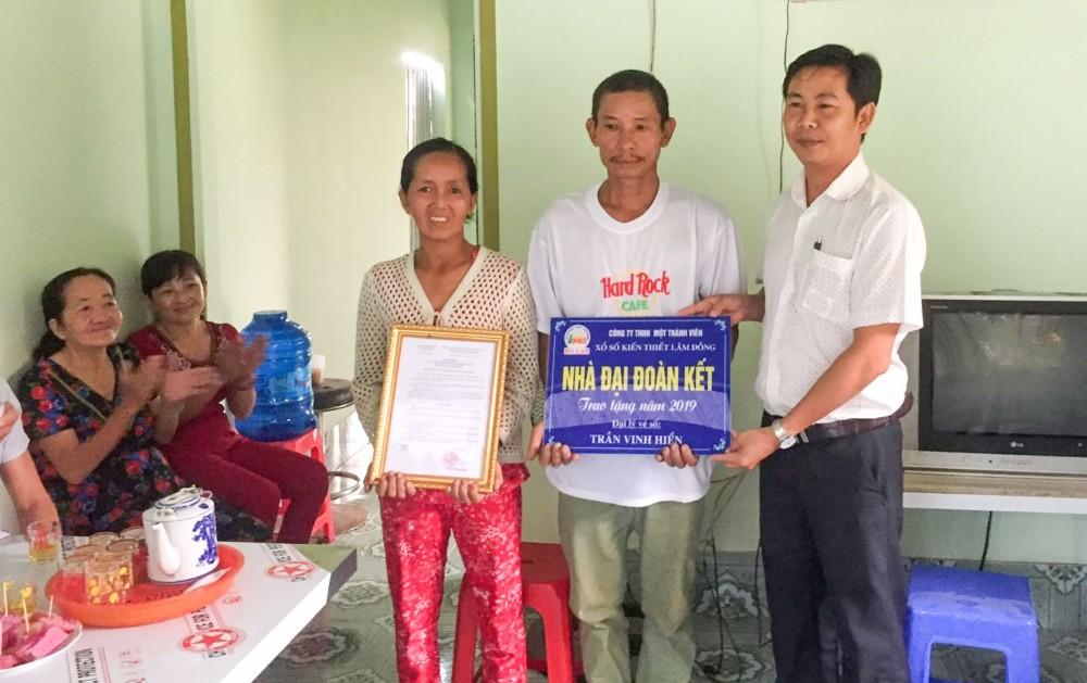 Hộ nghèo xã Giai Xuân được tặng nhà Đại đoàn kết.