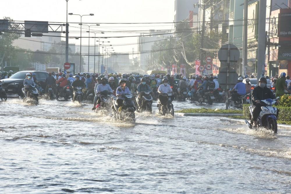 Đợt triều cường vừa qua, tuyến đường Mậu Thân ngập rất sâu, ảnh hưởng đến việc đi lại của người dân.