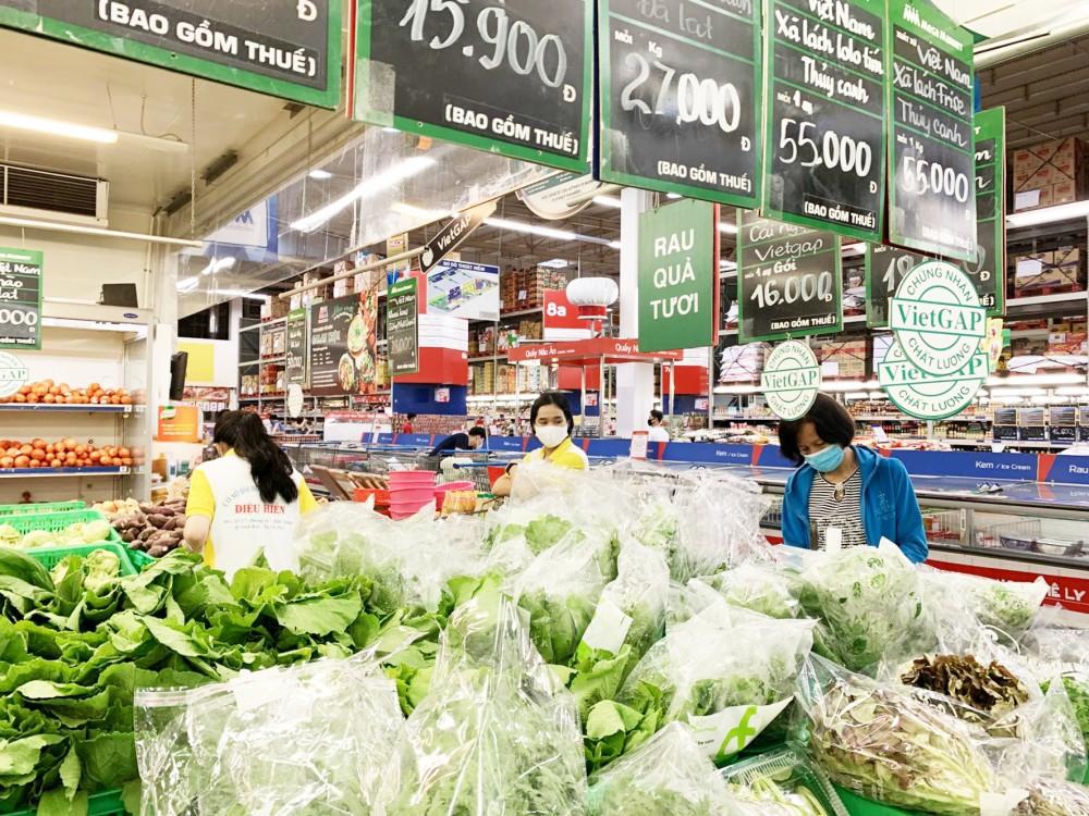 Siêu thị là điểm tham gia tích cực Chương trình. Trong ảnh: Khách mua hàng siêu thị MM Mega market Hưng Lợi.