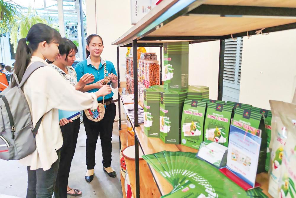 Sản phẩm trong các chuỗi cung ứng TPAT được trưng bày, giới thiệu tại hội nghị liên kết sản xuất và tiêu thụ sản phẩm nông lâm thủy sản an toàn vừa được tổ chức tại Sở NN&PTNT TP Cần Thơ.