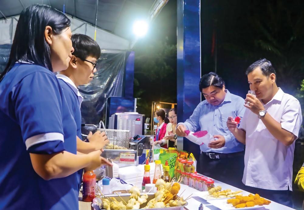 Nhiều sản phẩm mới chế biến từ cá tra, cá ba sa của Công ty CP Vĩnh Hoàn được giới thiệu tại triển lãm thành tựu kinh tế - xã hội của tỉnh Đồng Tháp năm 2020.
