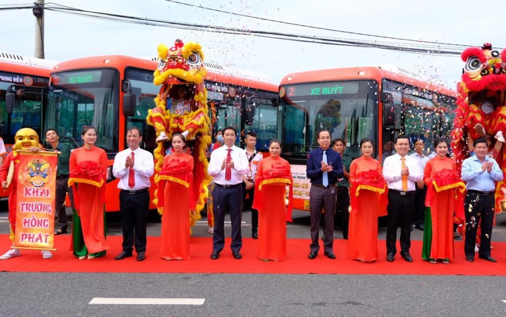 Lễ cắt băng khai trương 2 tuyến xe buýt mới.