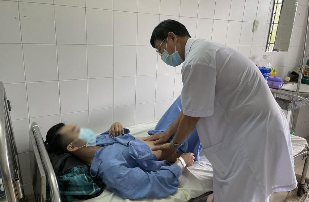 Bác sĩ thăm khám cho bệnh nhân. Ảnh: BV cung cấp