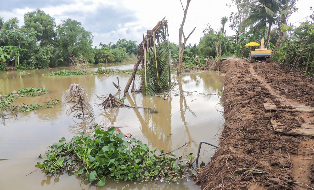 Biến đổi khí hậu làm cho tình trạng xâm nhập mặn, sạt lở bờ sông ở ĐBSCL ngày càng trở nên nghiêm trọng.