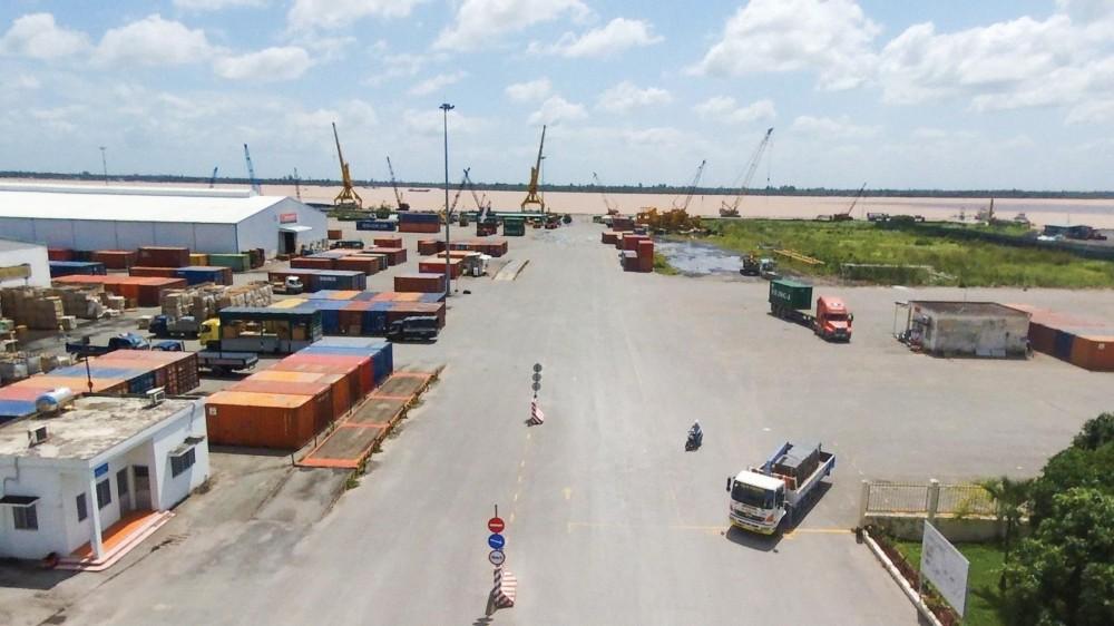 ĐBSCL đang cần hệ thống hạ tầng giao thông kết nối đồng bộ để khai thác tiềm năng, lợi thế phát triển (trong ảnh: Tàu trên 10.000 tấn đầy tải khó vào Cảng Cái Cui, do luồng Định An cạn).