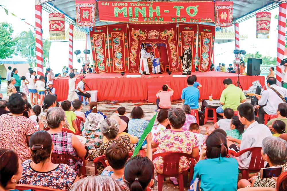 Lễ hội Kỳ yên là lễ hội truyền thống lâu đời, có hầu khắp các địa phương ở Nam Bộ. Trong ảnh là buổi hát bội trong dịp cúng đình. Ảnh: DUY KHÔI