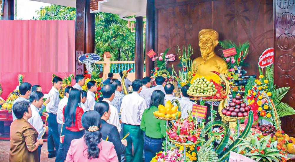 Lễ giỗ nhà thơ yêu nước Phan Văn Trị ở huyện Phong Điền. Ảnh: DUY KHÔI