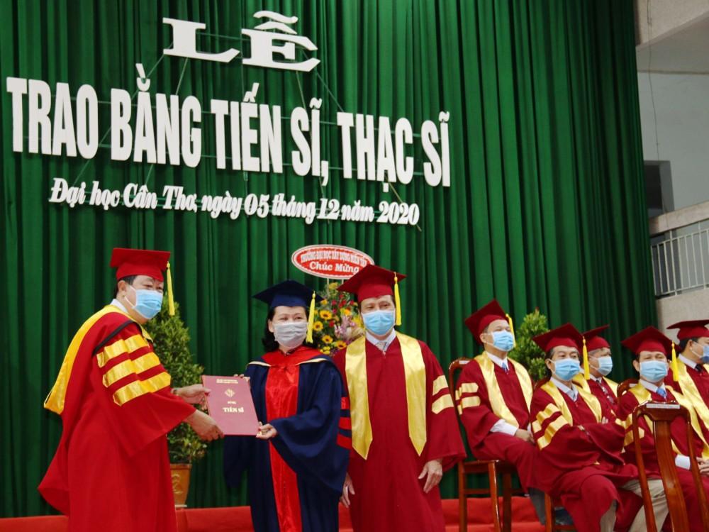 Giáo sư Hà Thanh Toàn, Hiệu trưởng Trường ĐHCT trao bằng tốt nghiệp cho tân tiến sĩ.