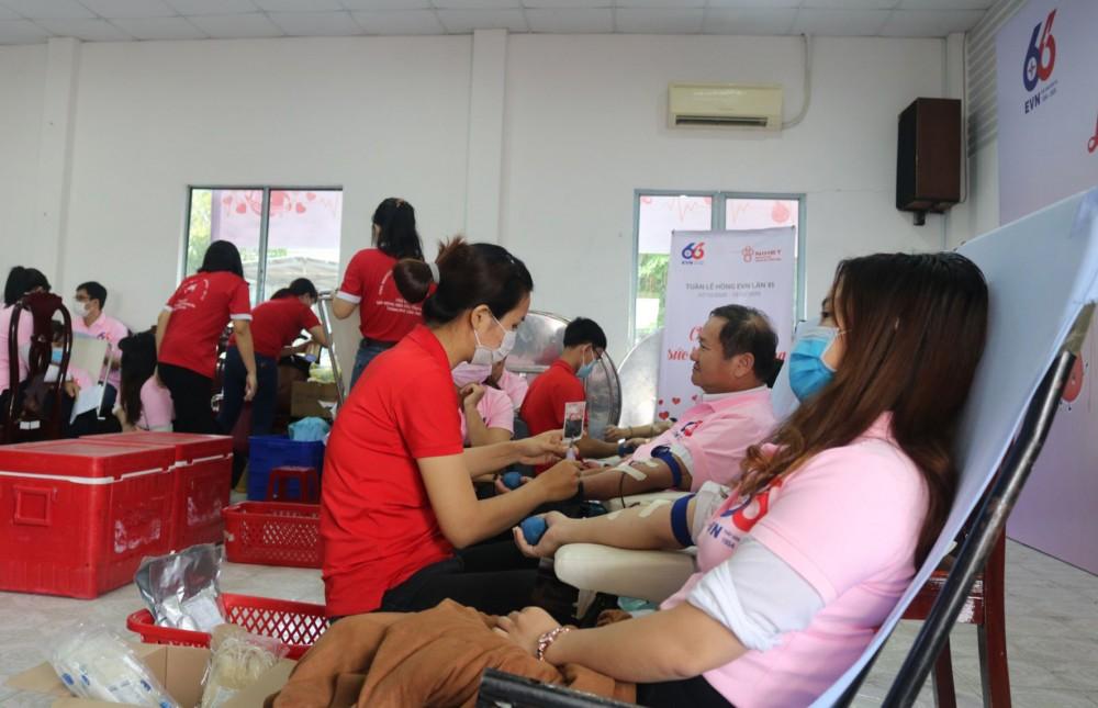 """Cán bộ, công nhân viên Công ty Điện lực TP Cần Thơ tham gia hiến máu hưởng ứng """"Tuần lễ hồng EVN - lần VI"""" năm 2020."""