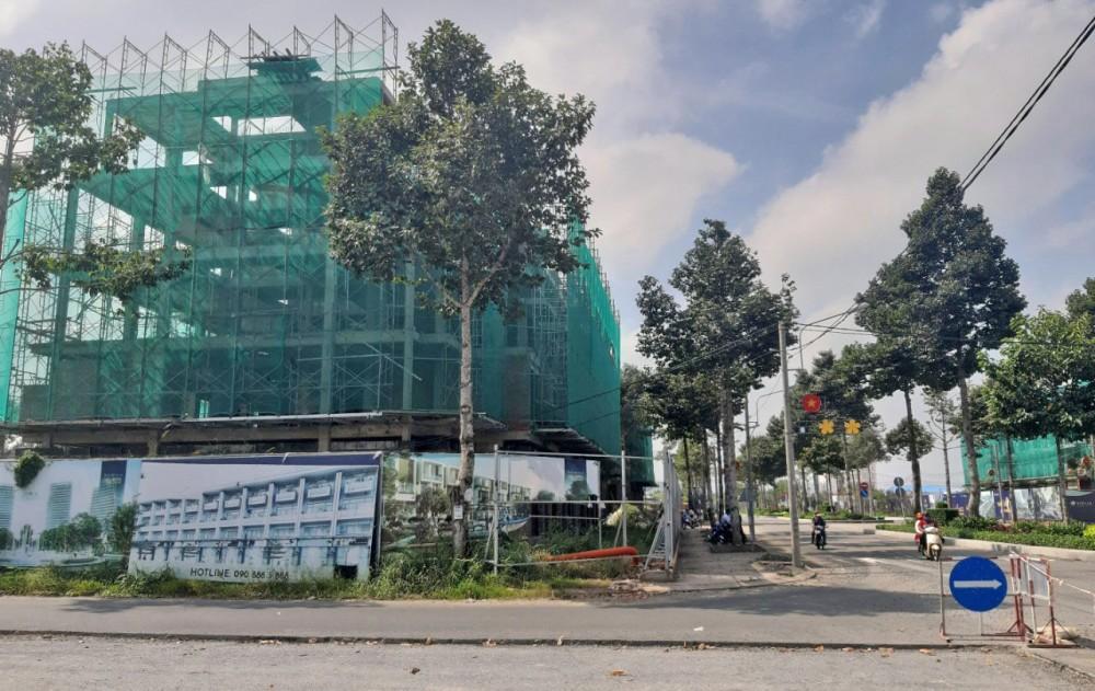 Một dãy nhà phố kinh doanh đang được xây dựng trên tuyến đường Đặng Văn Dầy quận Bình Thủy.
