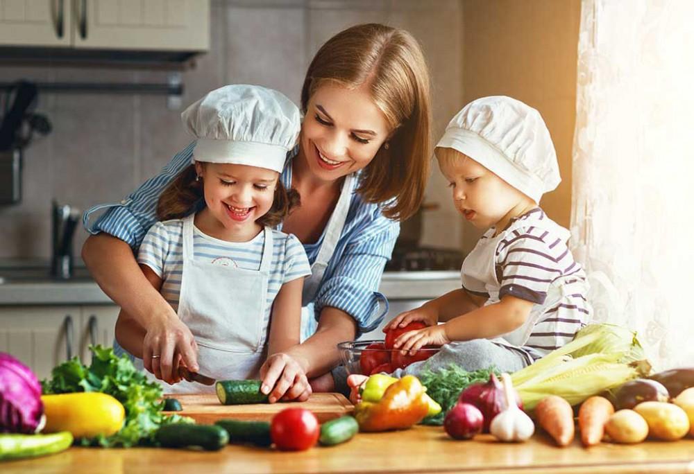 Cùng con nấu ăn giúp khơi gợi hứng thú khám phá lợi ích dinh dưỡng và hương vị của thực phẩm lành mạnh.