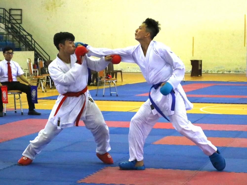 Karate là một trong 6 môn thể thao của Cần Thơ hoàn thành chỉ tiêu tại Đại hội. Trong ảnh: Võ sĩ Phạm Hoàng Nhi (phải) của Cần Thơ trong trận chung kết và giành HCV hạng cân dưới 75kg nam.