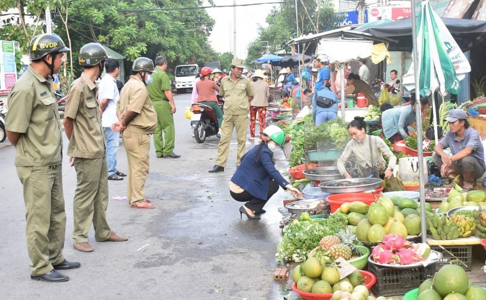 Công an và lực lượng bảo vệ dân phố phường An Khánh lập lại TTĐT, TTATGT tại chợ An Khánh.
