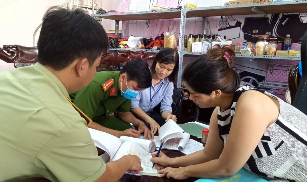 Cán bộ công chức Cục QLTT TP Cần Thơ thực hiện kiểm tra kinh doanh hàng hóa tại một cơ sở bán hàng trực tuyến (online) trên địa bàn quận Ninh Kiều.