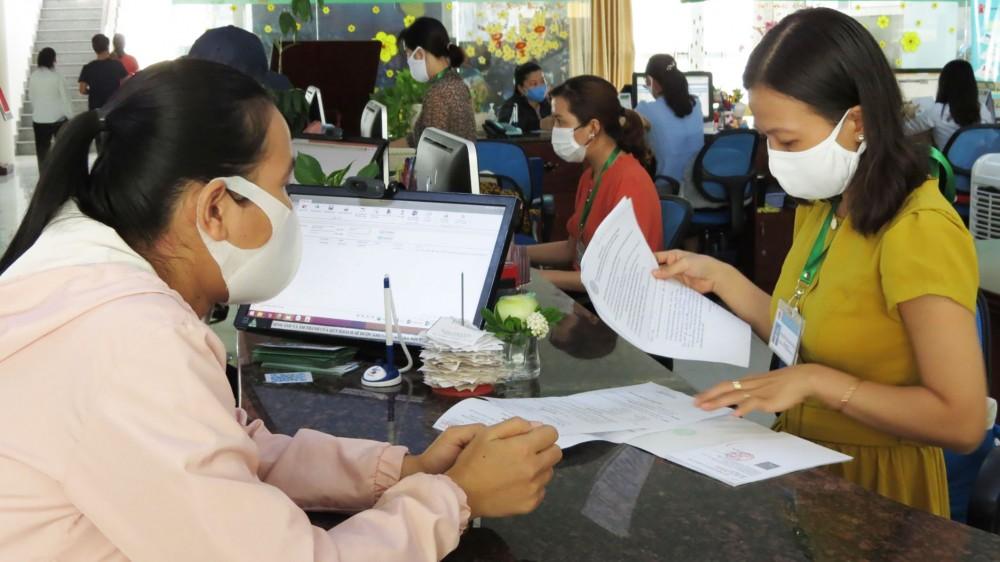 Đến Trung tâm Dịch vụ việc làm thành phố, NLĐ được tư vấn, hướng dẫn thực hiện thủ tục hưởng trợ cấp thất nghiệp.