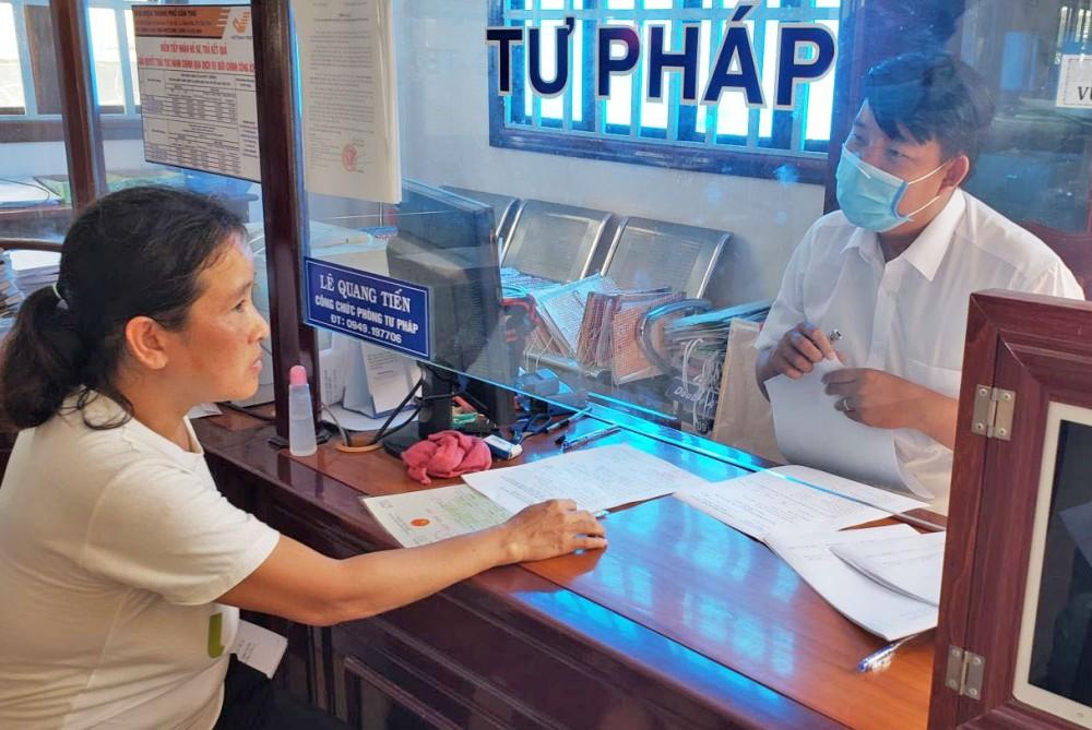 Người dân thực hiện thủ tục hành chính tại Bộ phận Tiếp nhận và trả kết quả UBND quận Thốt Nốt.