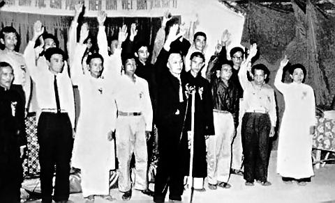 Ngày 20-12-1960, các thành viên của Ủy ban Trung ương Mặt trận Dân tộc Giải phóng miền Nam Việt Nam tuyên thệ trong Lễ thành lập Mặt trận. Ảnh: dangcongsan.vn