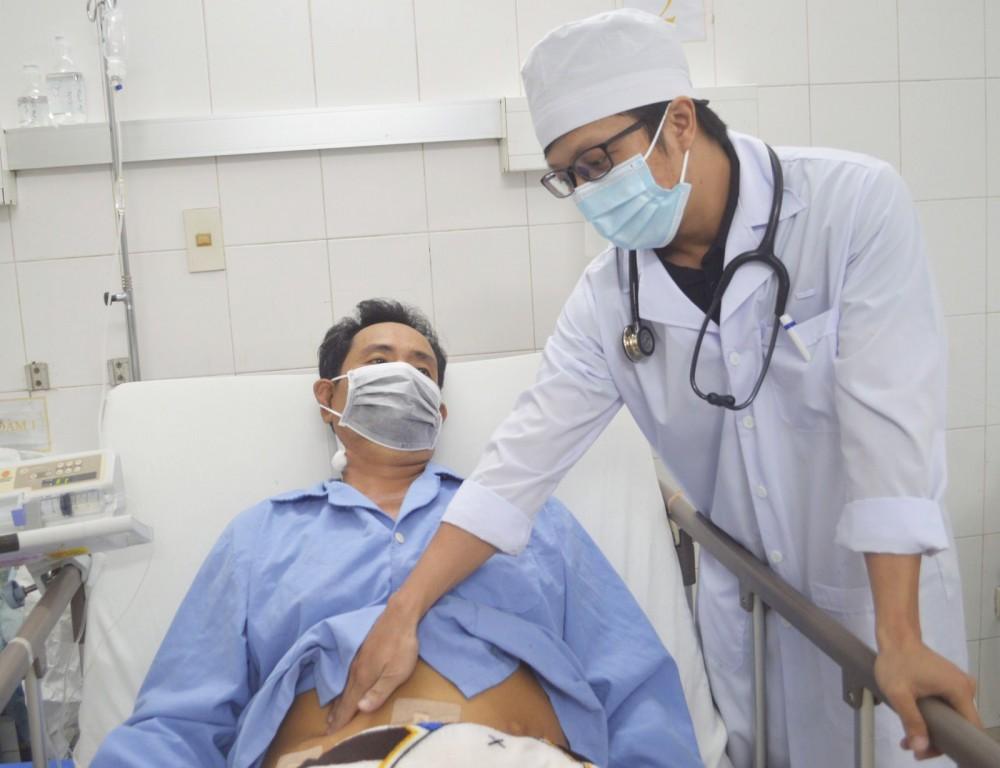 Bác sĩ thăm khám cho bệnh nhân. Ảnh: BV cung cấp.