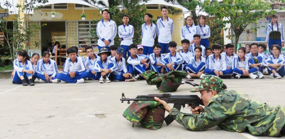 Giờ học môn Giáo dục quốc phòng và an ninh của học sinh Trường THPT Thới Lai.