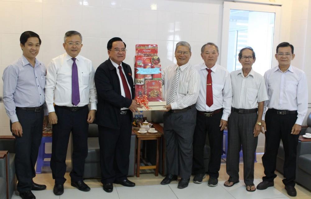 Đồng chí Nguyễn Thanh Xuân (đứng thứ 3, từ trái qua), Phó Trưởng đoàn Chuyên trách Đoàn ĐBQH thành phố đến thăm và tặng quà tại Hội thánh Tin Lành Việt Nam (Chi hội TP Cần Thơ). Ảnh: THANH THƯ