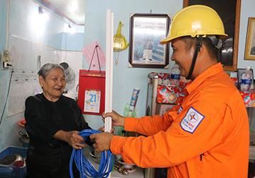 Công nhân ngành điện trao tặng thiết bị điện mới... cho hộ dân có hoàn cảnh khó khăn tại quận Cái Răng.