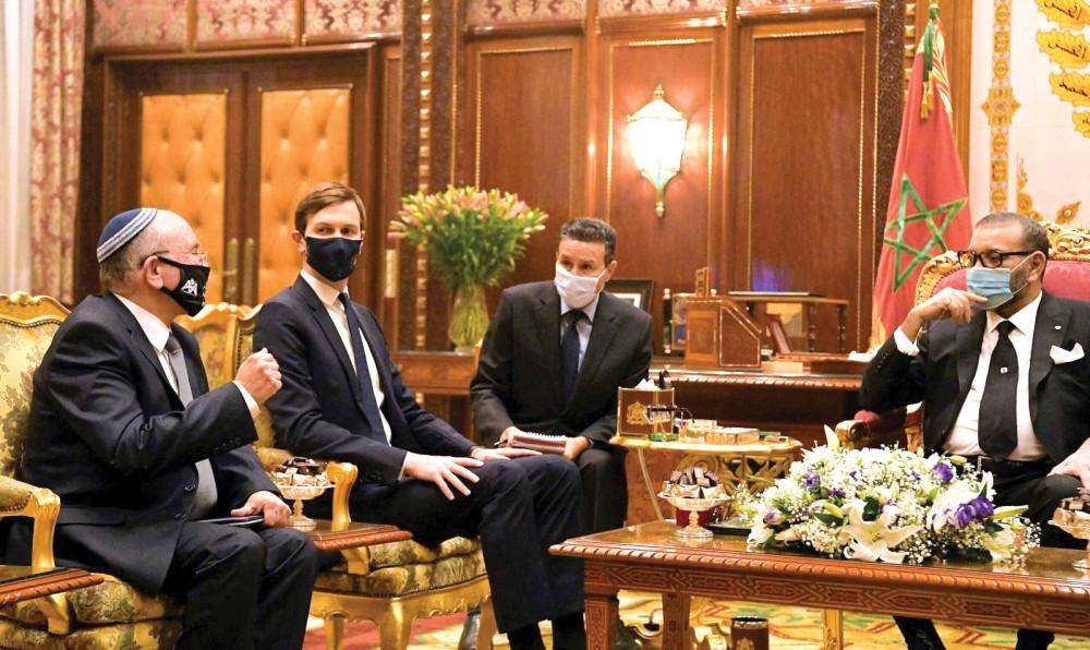 Quốc vương Maroc Mohammed VI (phải) gặp Cố vấn Nhà Trắng Kushner (giữa) và đại diện Israel hôm 22-12. Ảnh: GPO