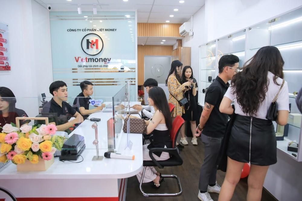 Đông đảo khách hàng tham gia sử dụng dịch vụ của công ty