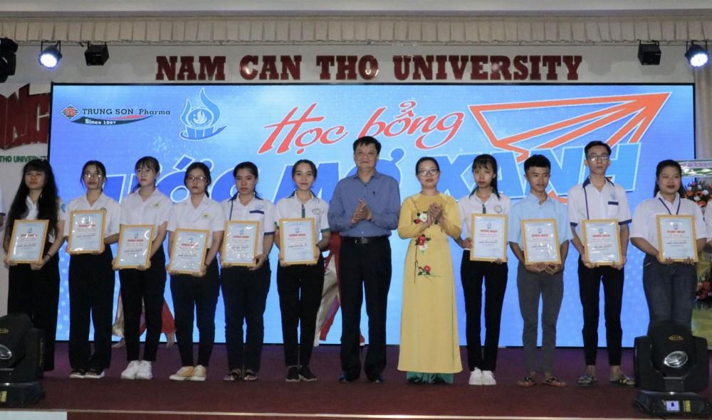 Đại diện lãnh đạo UBND TP Cần Thơ và Ban Dân vận Thành ủy Cần Thơ trao học bổng cho các sinh viên vượt khó học tốt.