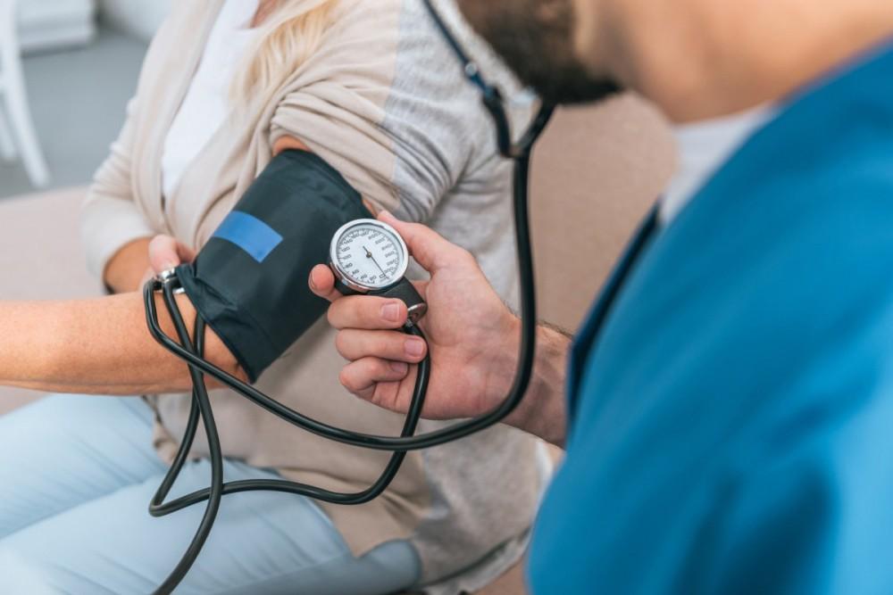 Đo huyết áp cả hai tay là biện pháp đơn giản giúp cảnh báo nguy cơ mắc bệnh tim mạch.