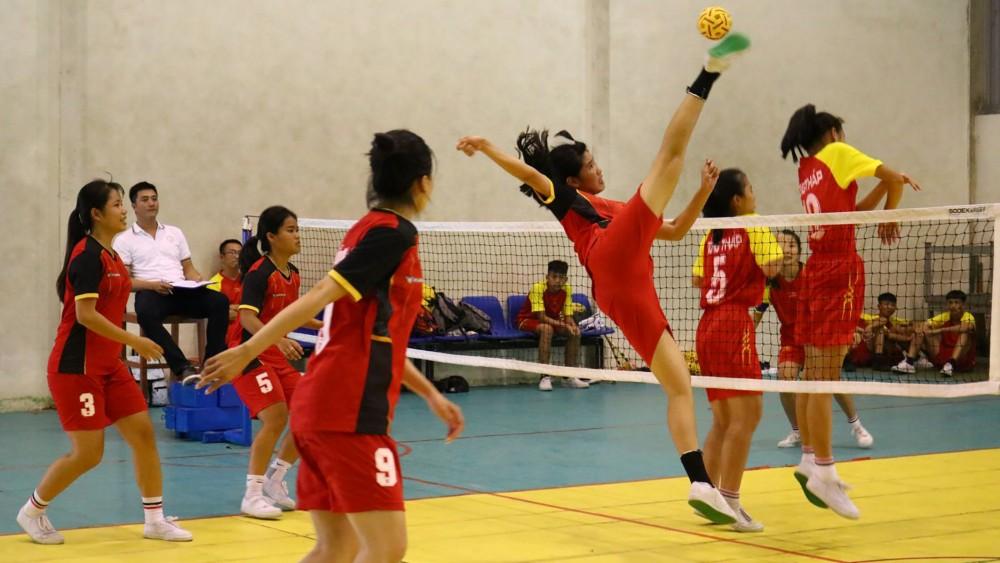 Cầu mây là một trong những môn thể thao sẽ giải tán theo kế hoạch kiện toàn. Trong ảnh: Đội Cầu mây nữ Cần Thơ thi đấu tại Đại hội Thể thao ĐBSCL lần thứ VIII năm 2020.