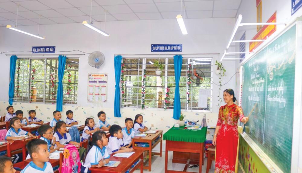 """Mô hình """"Chiếu sáng học đường"""" đã nâng chất lượng chiếu sáng cho lớp học, giúp bảo vệ thị lực cho các em học sinh tại Trường Tiểu học thị trấn Thới Lai 2, huyện Thới Lai."""