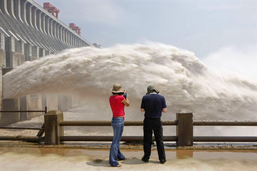 Đập Tam Hiệp trên sông Dương Tử xả nước. Ảnh: Reuters