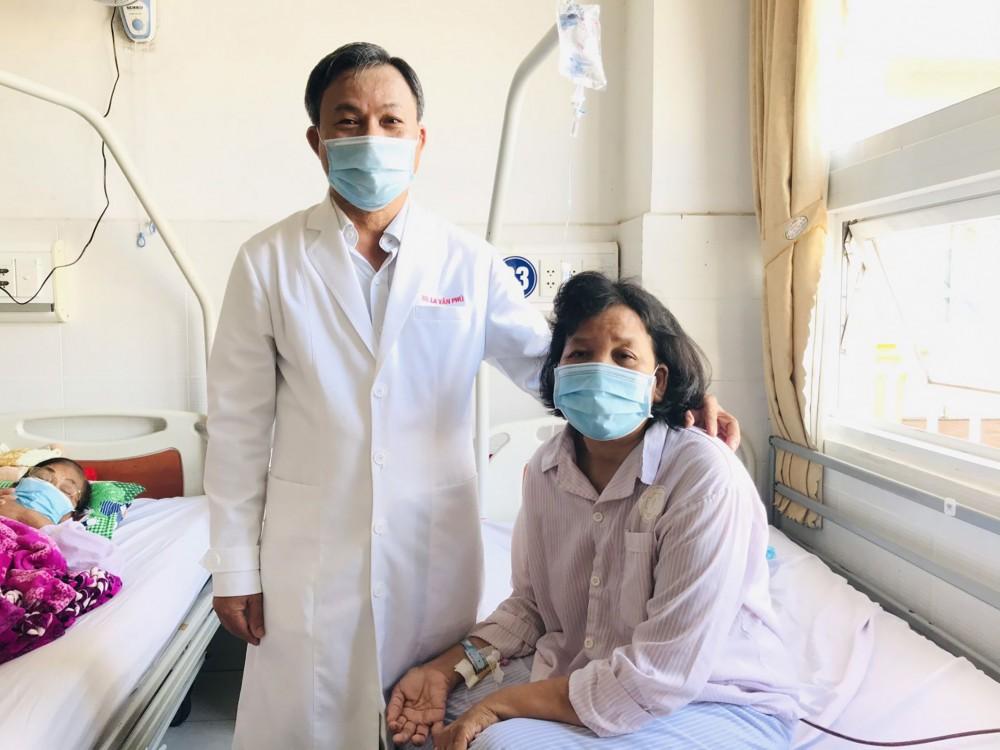 Cô C thoát khỏi những cơn co giật nhờ chẩn đoán và điều trị u tuyến tụy. Trong ảnh: BS La Văn Phú thăm hỏi bệnh nhân sau phẫu thuật. Ảnh: K.ĐIỀU