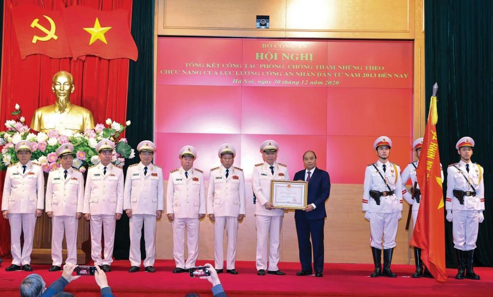 Thủ tướng Nguyễn Xuân Phúc, Chủ tịch Hội đồng Thi đua - Khen thưởng Trung ương trao tặng Huân chương Chiến công hạng Nhất cho Bộ Công an. Ảnh: THỐNG NHẤT – TTXVN