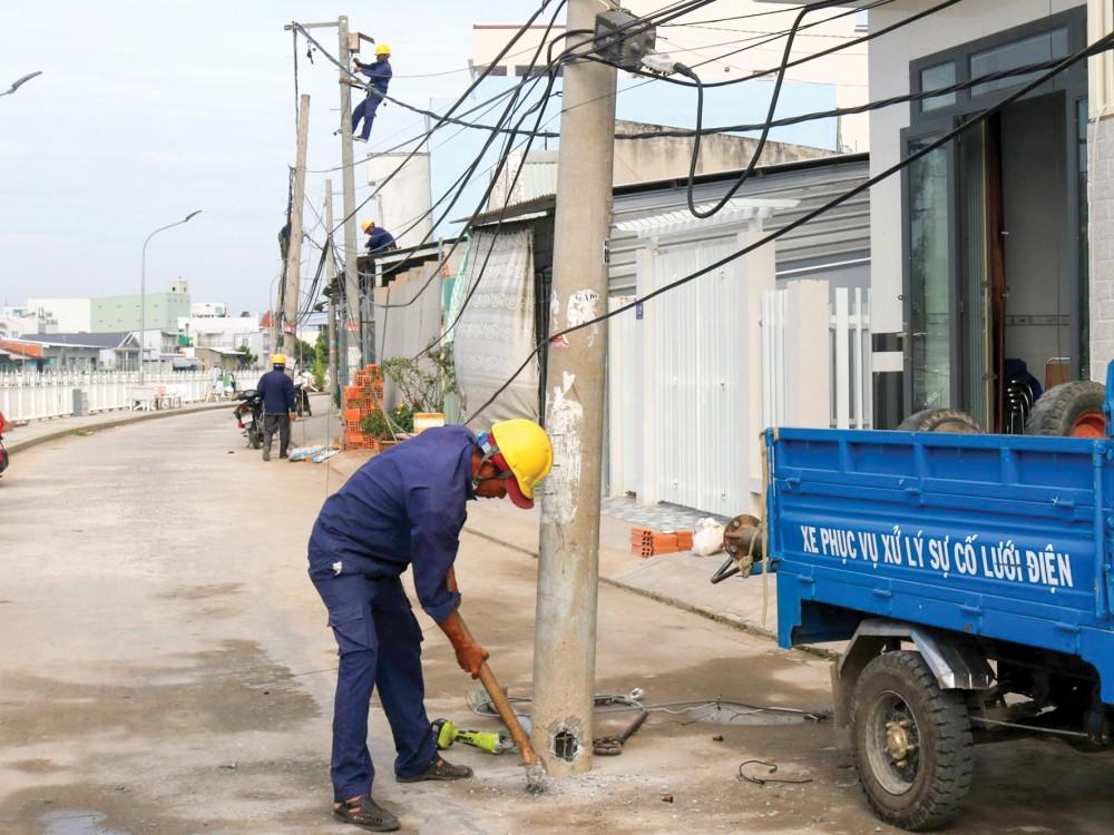 Thi công di dời lưới điện và các cột điện dưới lòng đường trên tuyến bờ kè Rạch Ngỗng, khu vực 5, phường An Hòa.