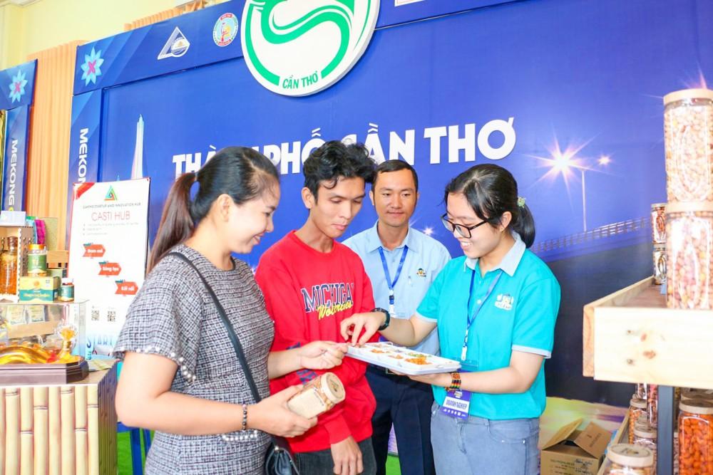 Khách tham quan gian hàng trưng bày của TP Cần Thơ tại Diễn đàn Mekong Connect năm 2020.