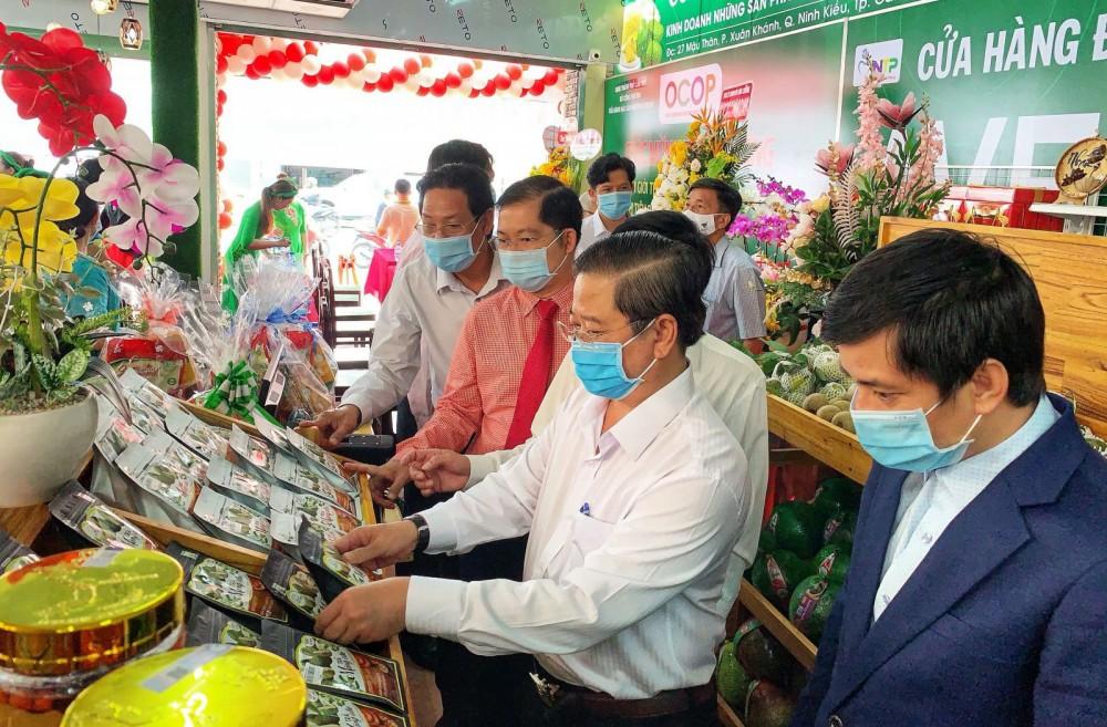 Đồng chí Trần Việt Trường, Phó Bí thư Thành ủy, Chủ tịch UBND TP Cần Thơ (thứ hai, từ phải) tham quan tại cửa hàng.