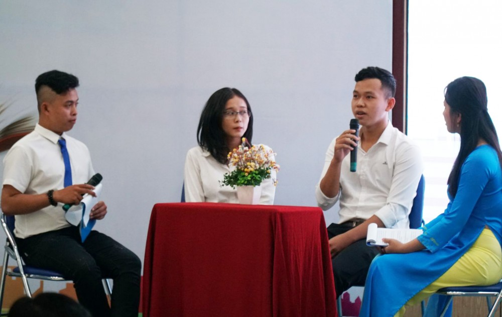 """Sinh viên có hoàn cảnh khó khăn tham gia giao lưu, chia sẻ kinh nghiệm học tập trong chương trình """"Thắp sáng ước mơ sinh viên ĐHCT""""."""